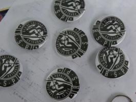 Chapas con el logo de la RSP